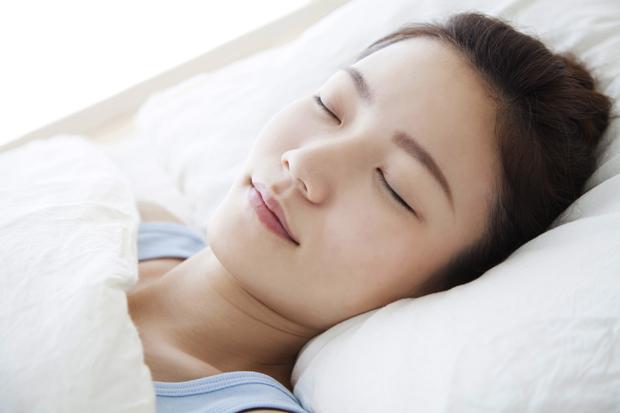 小顔の女性はいびきをかきやすい!?6つのいびきの原因と対策