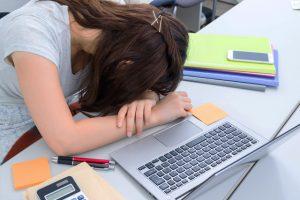 睡眠障害ナルコレプシー(過眠症)の4つの症状と原因・対策とは?
