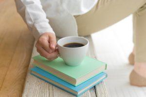 寝る前のカフェインは避けて、アルコールやタバコも控えめに
