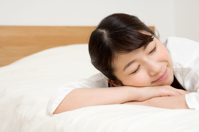 欧米人に多い大人の「うつぶせ寝」メリット・デメリットと枕の選び方