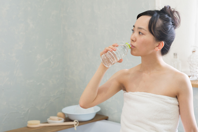 朝の目覚めに1杯の水を飲む