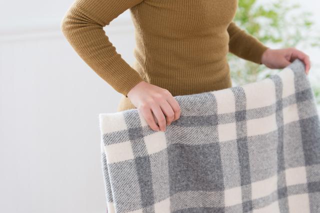 毛布の位置は布団の上下どっち?素材で違う正しい毛布の掛け方