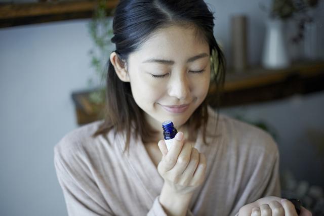 酢酸リナリルを含んだアロマを活用することでセロトニンの高い効果を得ることができ、そのお陰で様々な睡眠障害を改善することができます。