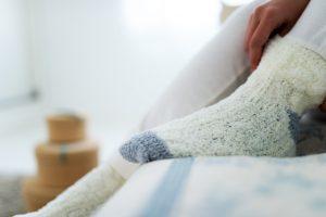 寝る時に靴下を履くメリットとデメリットとは?オススメの快眠靴下!
