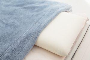 正しい毛布の位置は布団の上がいい?下がいい?