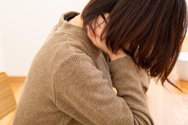首を寝違えたら直接マッサージはダメ!?痛みの原因とすぐに治す方法