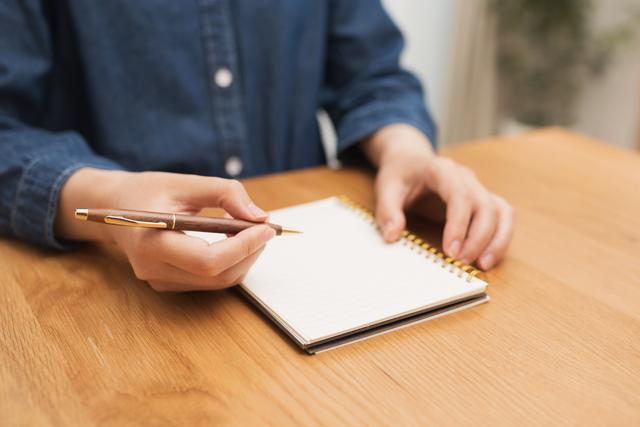 不安に思う事柄と理由を紙に書いてみる