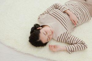 1分で眠れる人続出ってホント!?横に寝ながらできる4つの呼吸法