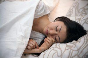 横に寝る場合、右左どちらの向きがいい?それぞれのメリット7選!