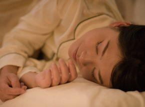 横向き寝は脳のゴミを排出する!?右向きと左向きのメリットまとめ