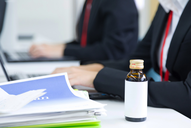 エナジードリンクにはカフェイン、アルギニン、ナイアシン、ビタミンB群、ブドウ糖などが含まれています。