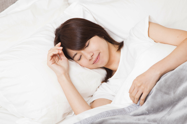 夏の寝苦しい夜にはクーラーを使うこと、それは快眠のためにもっとも有効な手段です。