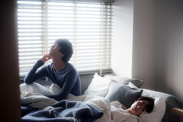 夫婦は一緒のベッドに寝ると安心感があったり、信頼関係が深まったり、コミュニケーションを取ることができたり、相手の健康面への気づかいができます
