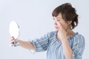 目の下のたるみは睡眠不足が原因!?寝る前マッサージ解消法