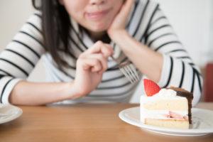 寝不足だとお腹が減って食欲が出るのはなぜ?対処法は?